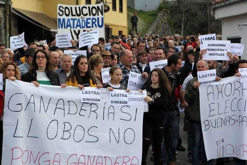 Doscientas personas en la protesta de los ganaderos convocada en Ponga