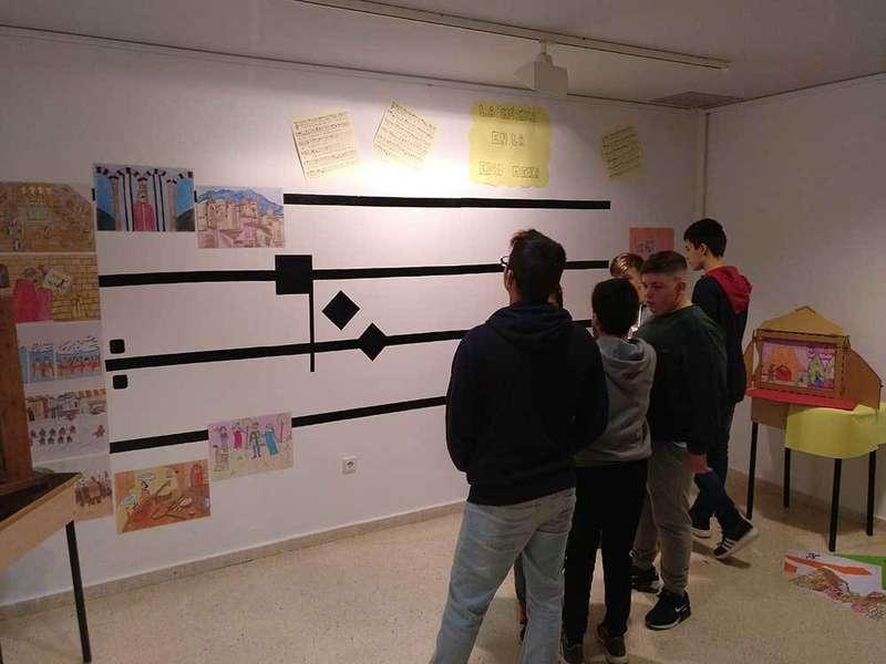 Alumnos del IES Peñamayor muestran el arte del  'kamishibai' en la Casa de Cultura de Nava