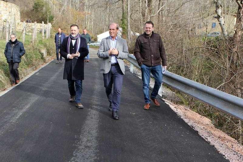 Abeledo pide al Principado 90.000 euros para urbanizar la Plaza del Ayuntamiento de Onís