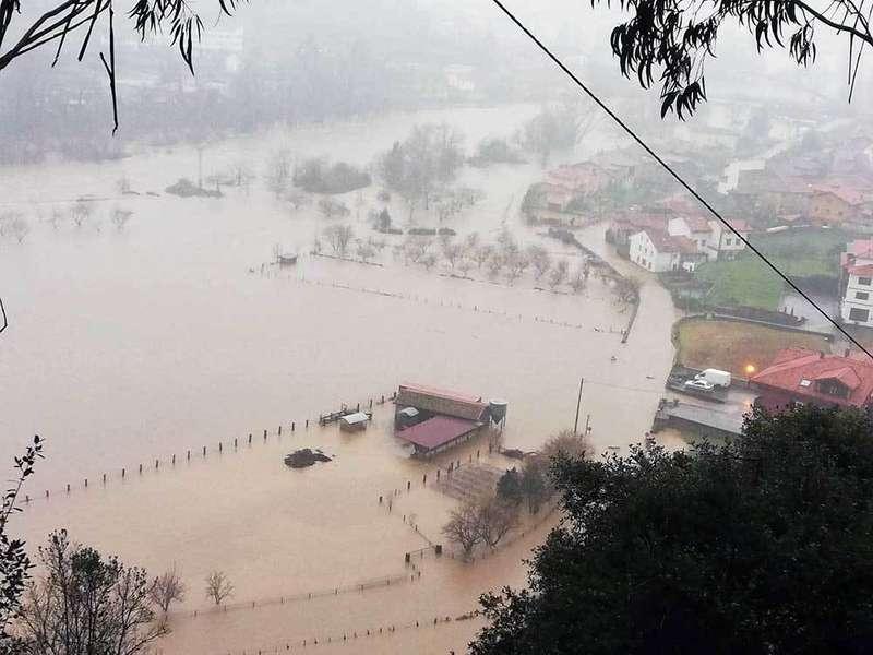 Balance de daños de una jornada infernal de inundaciones en el Oriente de Asturias