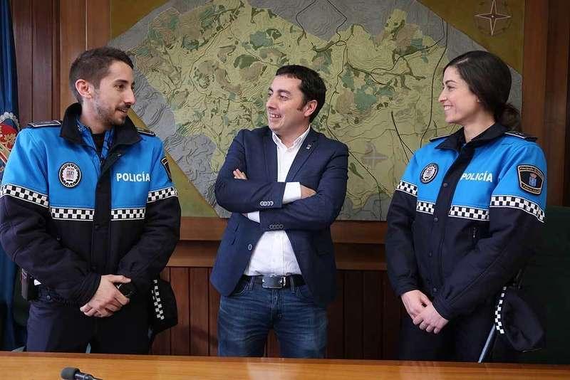 El alcalde recibe a los dos nuevos agentes