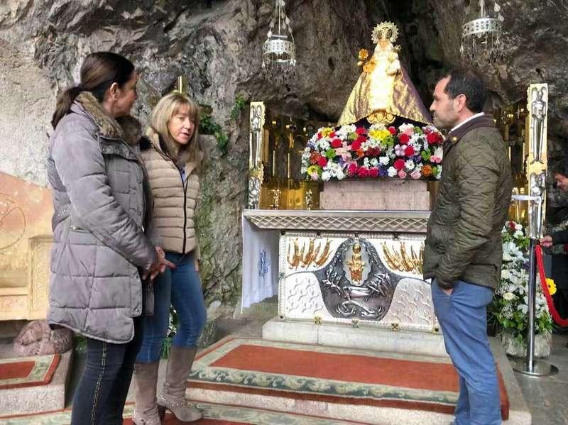 La candidata del PP al Congreso, Paloma Gázquez, se encomienda a la Santina en Covadonga
