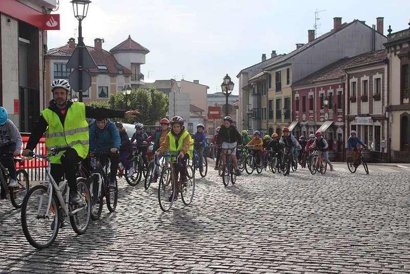 Los escolinos de Noreña van en bicicleta al Colegio
