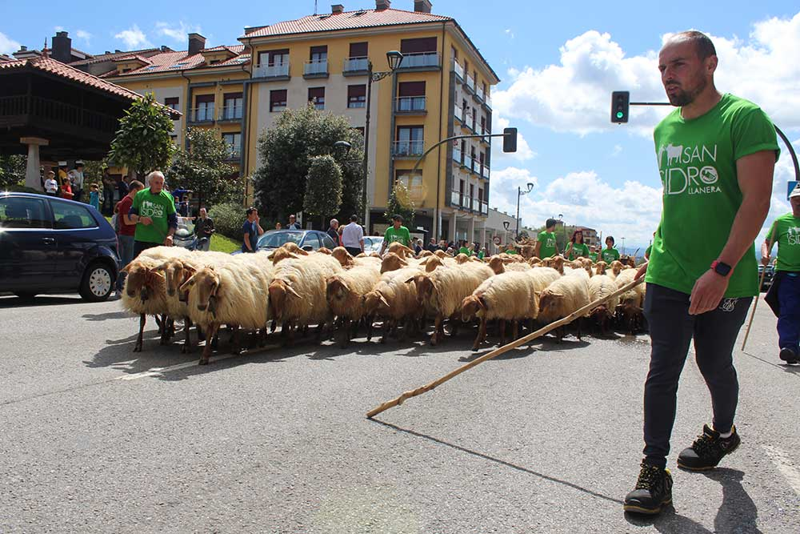 El desfile de San Isidro une al mundo del campo en Llanera