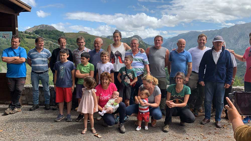 Los vecinos de Asiegu celebran la concesión del Pueblo Ejemplar