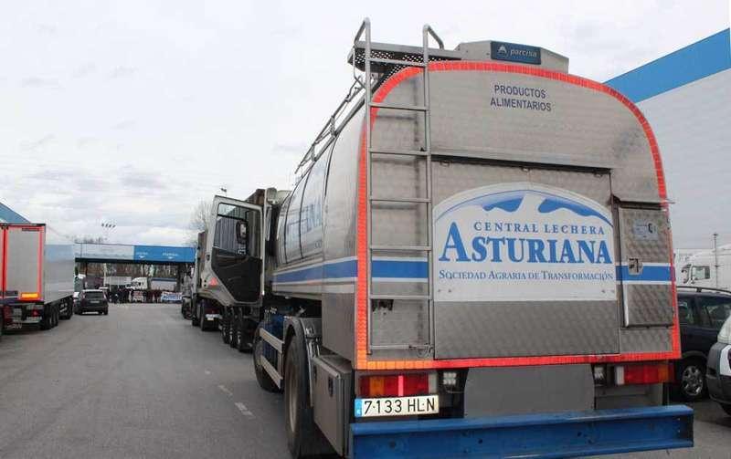 camiones bloqueados en la fabrica de central lechera de granda siero