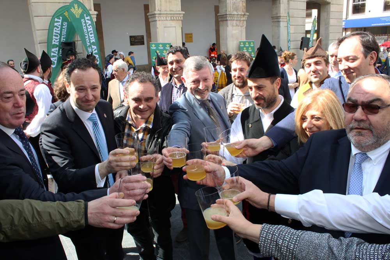 alcaldes-consejero-jenaro-soto-brindis-sidra