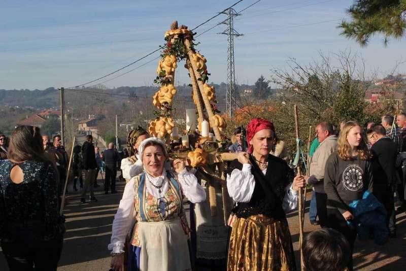 desfile de ramos en Seloriu de Villaviciosa por Santolaya