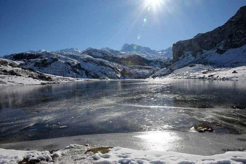 lago de la ercina, en covadonga, congelado