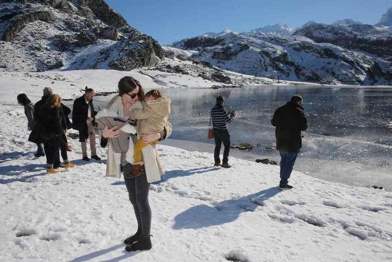 los lagos de covadonga congelados