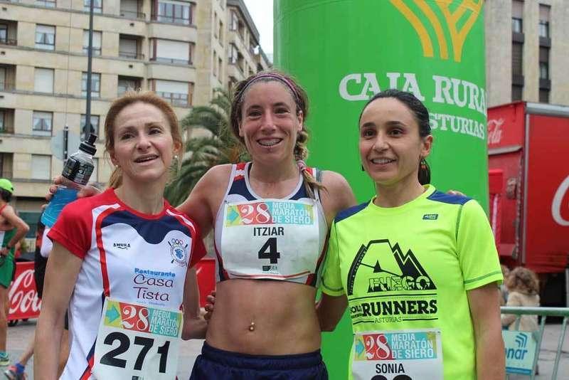 mujeres-podium-media-maraton-siero