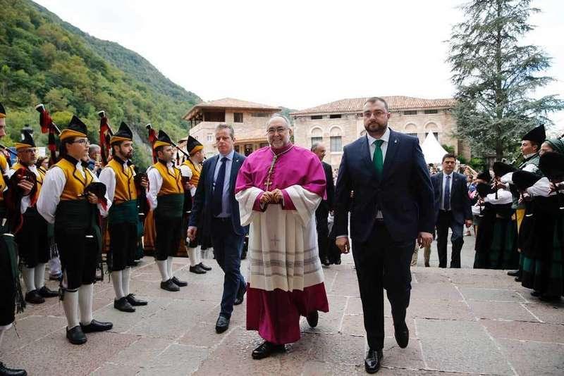 Sintonía entre el socialista Adrián Barbón y el arzobispo Sanz Montes en  Covadonga